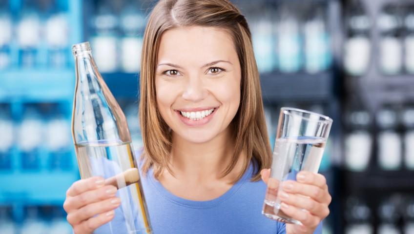 gesundes Wasser in der Glasflasche