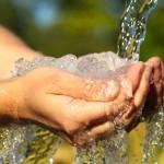 Wasser trinken - Kind trinkt gesundes Wasser