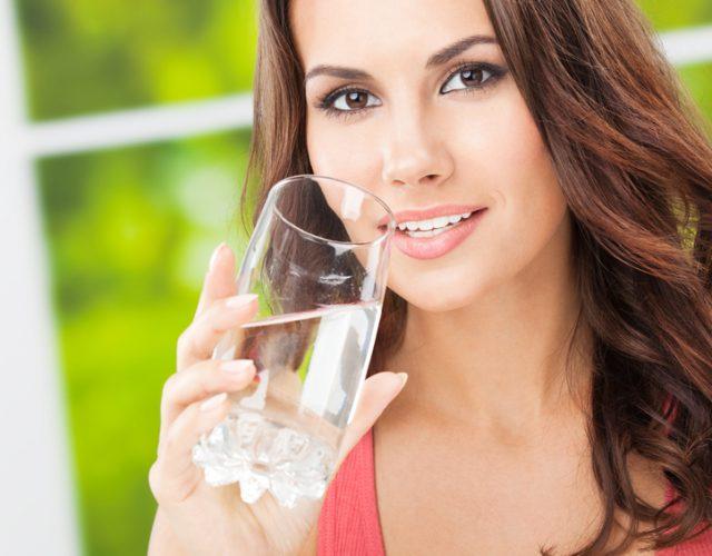 Wasser trinken aus einem Glas