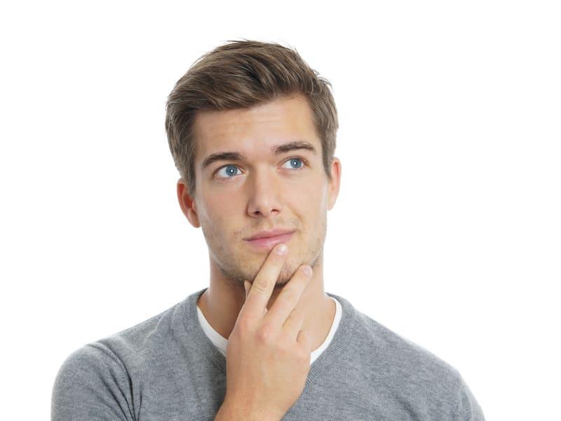 Osmoseanlage kaufen, macht das Sinn - Junger Mann denkt nach