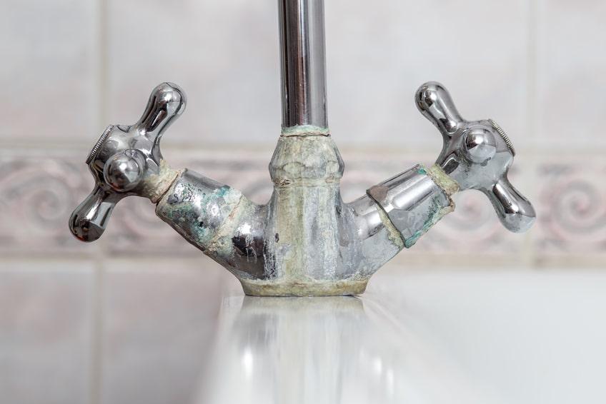 Wasserenthärtungsanlage - Kalk im Wasser und am Wasserhahn